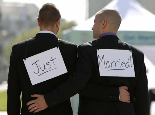 Il Cav apre ai matrimoni gay e fa scoppiare un acceso dibattito