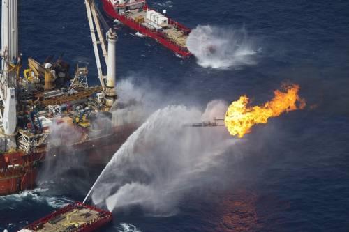"""La """"Deepwater Horizon"""" in fiamme nel Golfo del Messico"""