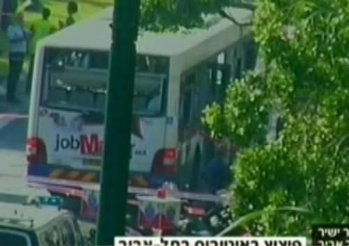 Tel Aviv, esplosione su un autobus: venti feriti