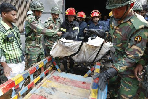 Bangladesh, estratta viva dalle macerie dopo 17 giorni