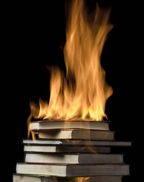 Bruciare libri scomodi Un vizio del potere antico quanto Roma