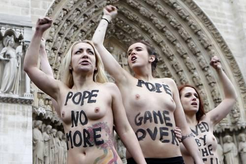 Blitz delle Femen a Notre Dame: querelate dalla Chiesa