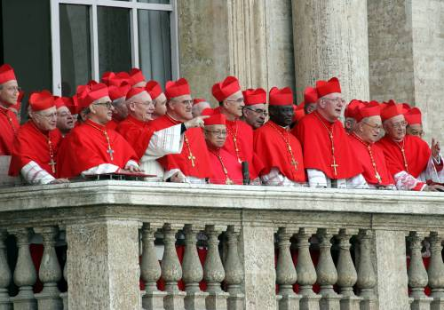 I cardinali affacciati alla Basilica di San Pietro durante la prima apparizione di Papa Benedetto XVl