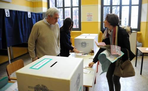 Operazioni di voto nel seggio della scuola di via Rasori a Milano
