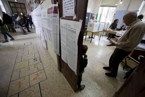 Operazioni di voto in un seggio elettorale a Roma