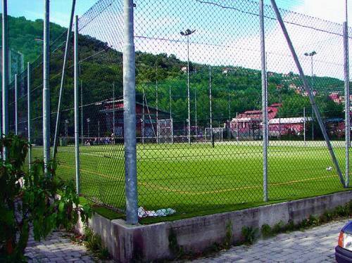 Crolla la porta di un campetto da calcio: muore 12enne