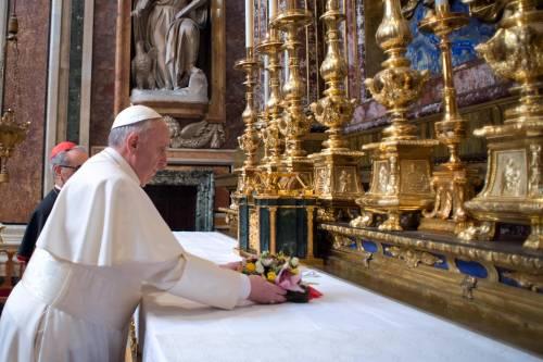 """Il papa Francesco in preghiera: """"Siate misericordiosi verso le anime"""""""