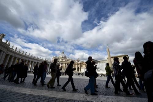 La rivoluzione del Papa: paga il conto e dimezza la scorta
