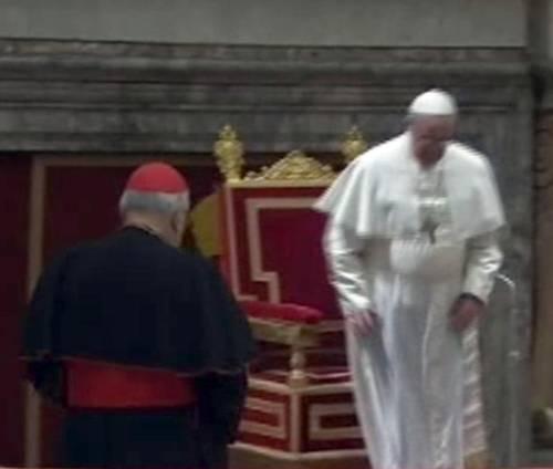 Papa Francesco inciampa