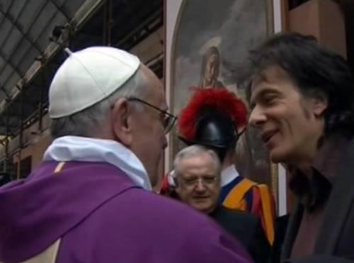 Il Papa saluta i fedeli dopo la messa