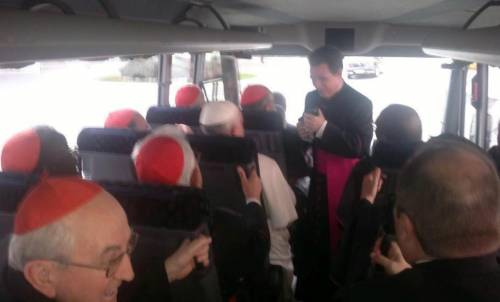 Papa in bus, imbarazzati i prelati in Suv