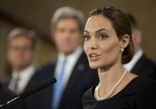 """Doppia mastectomia per Angelina Jolie: """"Rischiavo il cancro"""""""