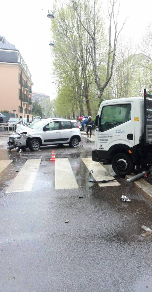 Travolto e ucciso sul marciapiede da un camion
