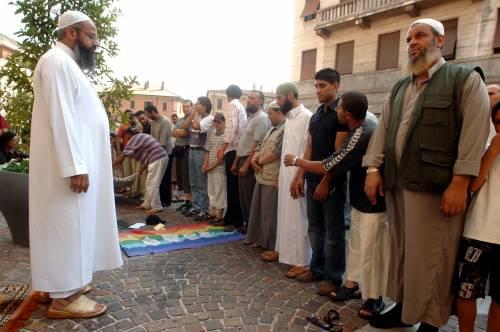 La protesta dei musulmani per salvare l'imam terrorista