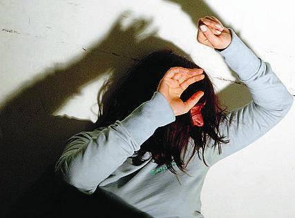 Donna aggredita con l'acido «Costretta a versarlo su di me»