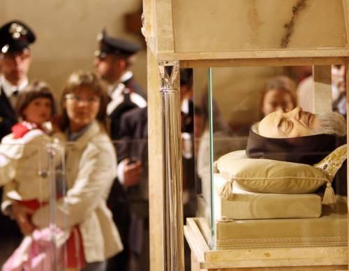DAL PRIMO GIUGNO Il corpo di Padre Pio in «esposizione permanente»: esultano i suoi fedeli