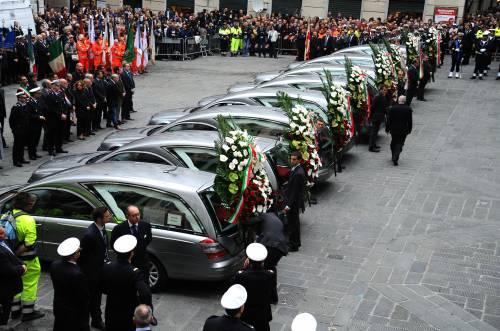 L'ultimo saluto alle vittime del porto di Genova