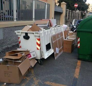Foce in ostaggio di rifiuti e motorini