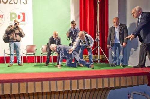 Capitombolo del segretario Epifani sul palco di Avellino