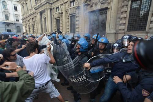 Milano a ferro e fuoco: Pisapia assediato dai centri sociali