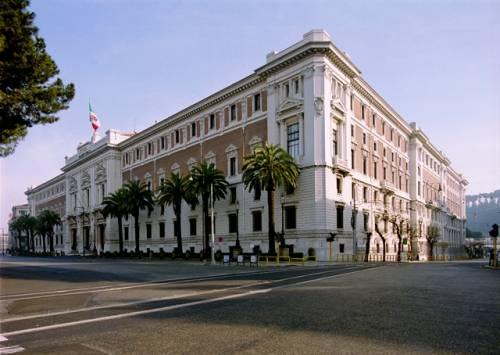 Palazzo della Marina a Roma, un militare riverso nel sangue