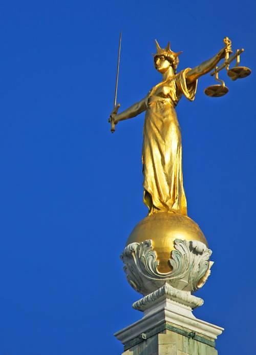 I giuristi schierati  che s'inventano diritti inesistenti