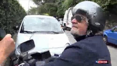 Grillo incontra una giornalista del Tgcom e chiama i carabinieri