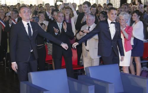 Prime nozze gay in Francia, proteste e fumogeni al municipio di Montpellier