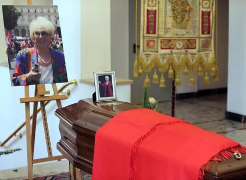 «Bella ciao» e bandiere rosse per l'addio a Franca Rame