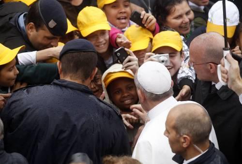 Bergoglio abbraccia gli ultimi: a Rio visita la favela Varginha