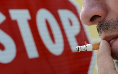 Vita dura per chi vuol fumare: sigarette vietate in auto e spiaggia