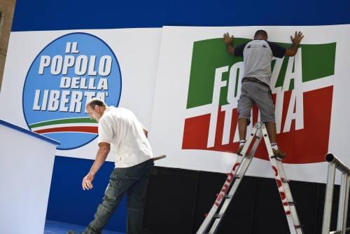 Sul palco rispunta il simbolo di Forza Italia