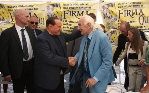 Berlusconi firma i referendum E tiene il governo sulla corda