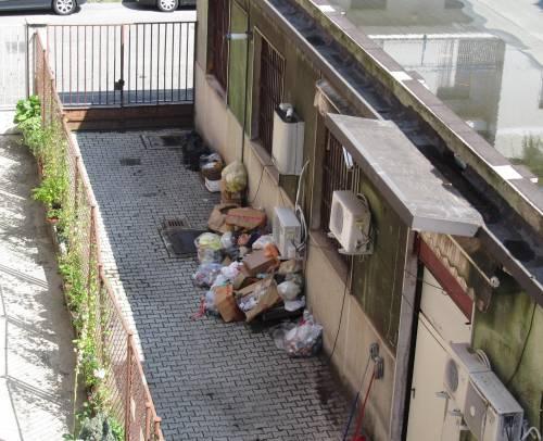 «Pagate la spazzatura della chiesa vicina»