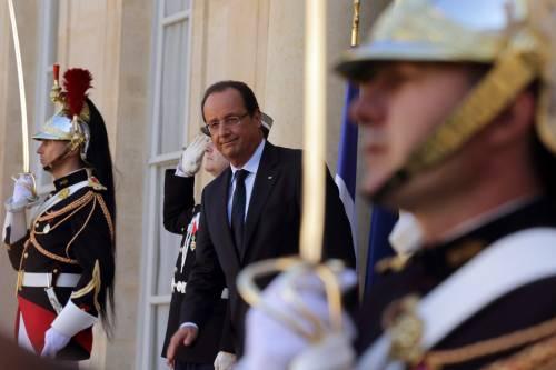 """Hollande, il """"pacifinto"""" che predica l'amore  ma poi fa la guerra"""