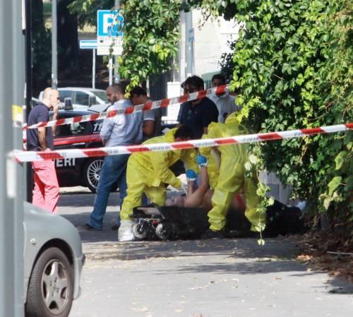 Ucciso in mezzo alla strada con tre coltellate al petto