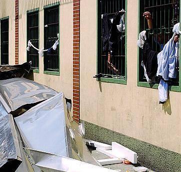 Proteste e danni al Cie di via CorelliBruciati i materassi al centro di espulsione