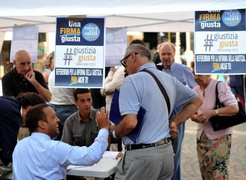 Un banchetto per la raccolta delle firme a Milano