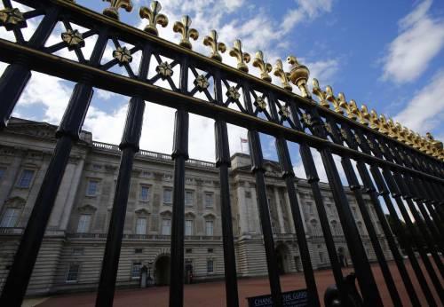 Farsa a Buckingham Palace: fermato il principe
