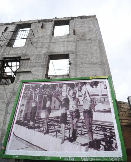La foto dell'esecuzione del Duce affissa al contrario a San Lorenzo