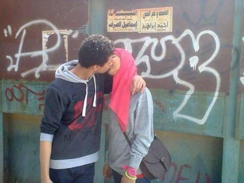 Il bacio in pubblico con il velo islamico che sfida la tradizione