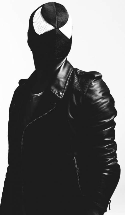 """""""Ho una maschera nera per dare luce alla musica"""""""
