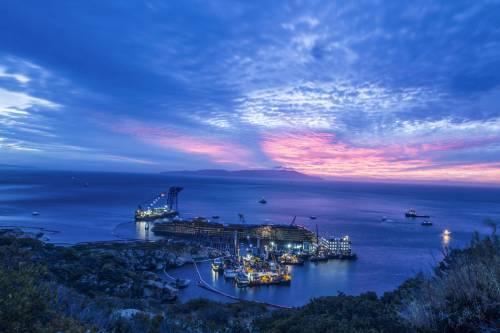 Giglio, conclusa la rotazione della Costa Concordia: la nave è in piedi