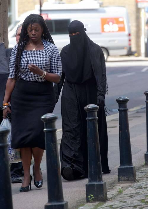 Londra, un giudice vieta il velo islamico in aula