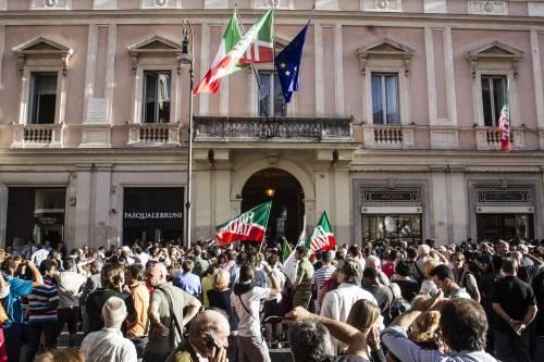 """Popolo azzurro in piazza per sostenere il Cav: """"Siamo tutti decaduti"""""""