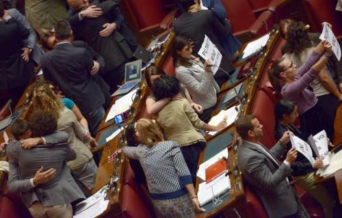 Baci gay in Aula: la protesta dei deputati del M5S