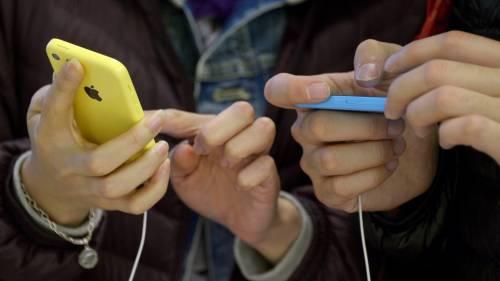I nuovi iPhone nei negozi: subito a ruba il modello oro