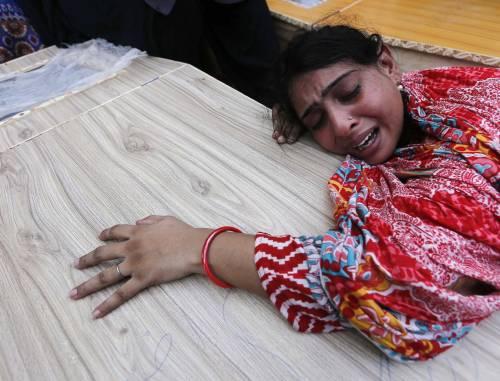 Kamikaze a messa in Pakistan È strage di cristiani: 80 morti