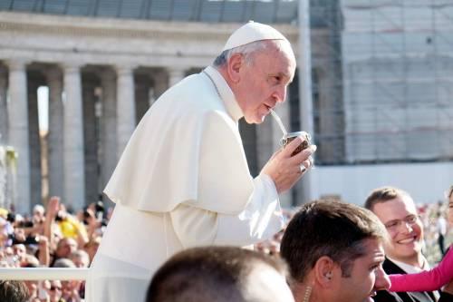 Papa Francesco tra i fedeli beve l'erba mate