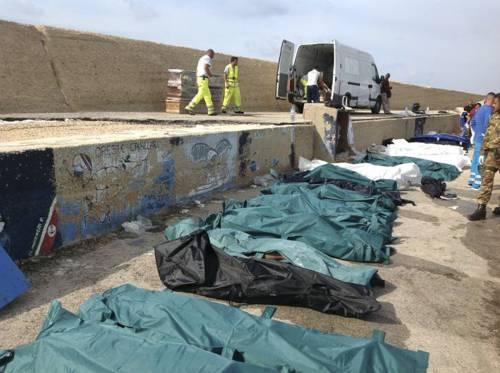 Lampedusa, brucia barcone di immigrati